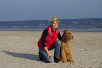 Cliff mit seinem Frauchen am Strand von Karlshagen